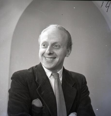 650427 - Schmidlin. Pierre van Ostade (Goirle 1917-Bladel 5005), revueartiest, radio- en televisiepresentator. 1947.