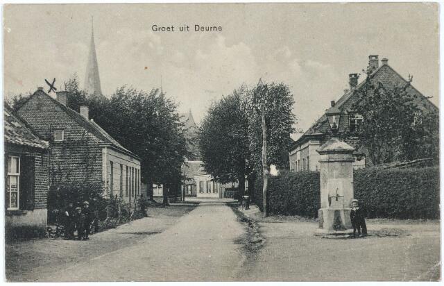 006923 - Het geboortehuis van pater Geurtjens links, tegenover de waterpomp. Henri Geurtjens, missionaris van het H. Hart (1875-1957).