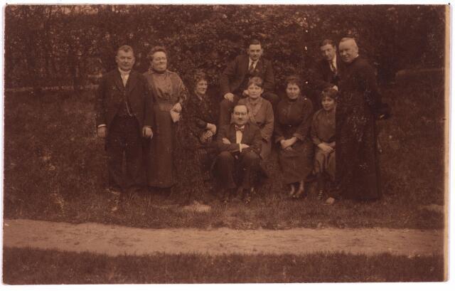 003788 - Adrianus Josephus van den BREKEL (1876-1956), temidden van zijn familie, in de tuin van de pastorie van Zevenbergschen Hoek, waar hij pastoor was van 1921 tot 1934.  V.l.n.r.: Charles van den Brekel, Anna van den Brekel-Van der Schoot, Clara van den Brekel-Verschuuren, Jos van den Brekel, Jac van den Brekel, Thea van den Brekel-Pierson,  Rosalie van den Brekel-Scholberg, Harry de Bont, Jeanne de Bont-Van den Brekel, pastoor A.J. van den Brekel.