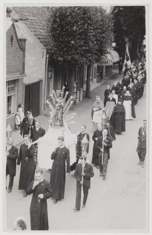 """078208 - 1935 Mgr. Diepen bij de herdenking van het zilveren jubileum van het op de troon zetten van het beeld van Onze Lieve Vrouw van Mirakelen Ter Linde, de Vreugderijke""""."""