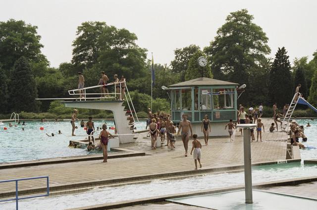 TLB023000694_003 - Zicht op het badmeestershokje en de duikplank in het (voormalige, in 1995 gesloten) zwembad aan de Friezenlaan.