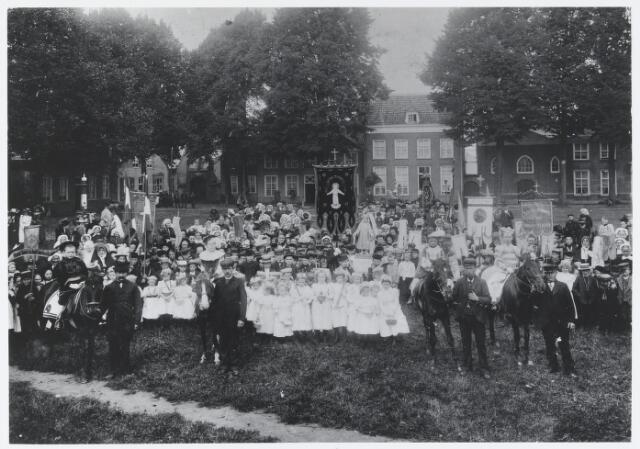 055530 - Hilvarenbeek, Ter gelegenheid van het 50-jarig bestaan van het genootschap van de H. Kindsheid te Hilvarenbeek werd  in 1902 deze foto gemaakt op de Vrijthof. Op de paarden zitten zonen van de gemeente-arts Scheidelaar.
