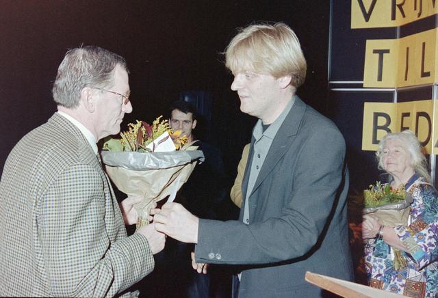 1237_001_036_011 - Zorg. Bij Stichting Contour worden in december 1999 de stimuleringsprijzen voor vrijwilligerswerk uitgereikt. Felicitaties en bloemen voor de winnaars.