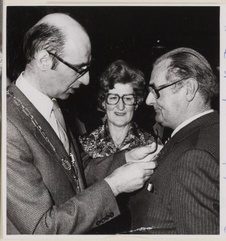085177 - Dongen. Piet Dirven (met echtgenote) ontvangt NKV onderscheiding van burgemeester J.Dosker.