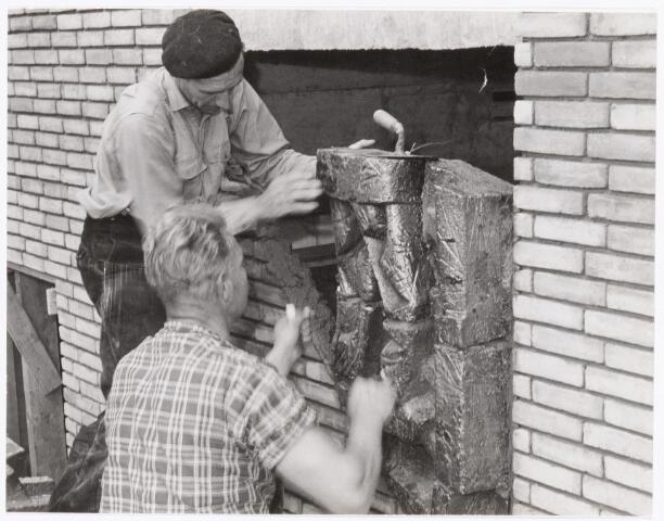 039480 - Volt, Zuid, Algemeen, Kunstwerken, Monument Het inmetselen van het door het Volt-personeel in 1959 geschonken kunstwerk in de zijgevel van het toen nieuwe hoofdkantoor gebouw AH aan de Groenstraat.