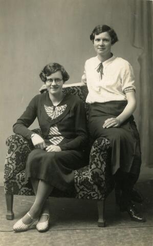 093076 - De zusjes Tack. Links Sophia Antonia (Sofie) Tack, geboren te Maastricht op 7 juni 1917, in Goirle huishoudster in villa Agatha, waar toen René Tubbax, bedrijfsleider bij textielfabriek Van Besouw woonde, zij woonde later in Apeldoorn als huishoudster van de directeur van kokosfabriek Nedkos en daarna als bejaarde in de Kievitshorst in Tilburg. Rechts zus Maria (Marie) Tack, geboren te Dordrecht op 30 oktober 1918. Zij ging wonen in Tilburg en trouwde met Jacobus Nicolaas Alphonsus (Sjaak) Stalpers, geboren te Tilburg op 11 oktober 1915. Marie Tack overleed te Tilburg op 8 oktober 2004.