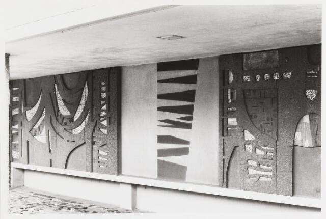 067701 - Détail van het NON-FIGURATIEVE GEVELRELIËF (zonder titel) van Jan DIJKER (Den Helder 1913 - Moergestel 1993). Met een lengte van 80 meter kan dit werkstuk uit 1967 tot de monumentale kunst gerekend worden. Lokatie: Goirleseweg 46, voorgevel sportzalencomplex Fontys Sporthogescholen (vroeger: Academie voor Lichamelijke Opvoeding, en ook: Sportacademie). Zie fotonr. 067700 Trefwoorden: Kunst in de openbare ruimte. Onderwijs.