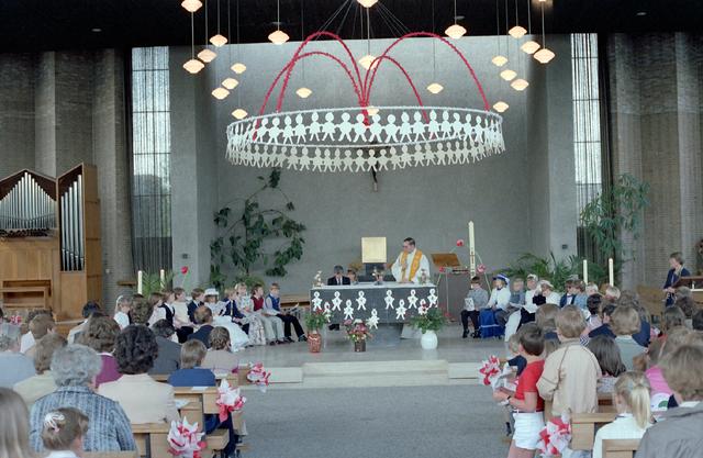 655253 - Familieportret. Ter gelegenheid van de Eerste Heilige Communie viering in de Tilburgse Lourdeskerk in 1981.