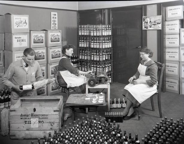 654441 - Middenstand. Etiketteren en inpakken van wijn en gedestileerd. Wijnhandel Kerstens.