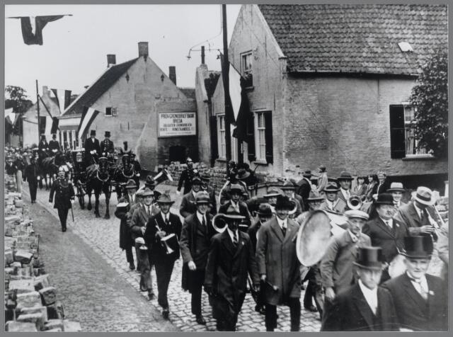 88793 - Opening gemeentehuis.. Feestelijke stoet trok door Terheijden. De Harmonie werd gevolgd door de rijtuigen met de burgemeester en de hoge gasten.