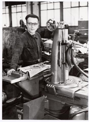 039392 - Volt, Zuid.Technische Afdeling, Gereedschapmakerij. De gereedschapmakerij van Volt schaftte de eerste rondslijpbank aan in 1927. De heer J. v. Ierland werkte bij Volt als draaier vanaf 1922 en werd in 1927 als eerste rondslijper aangesteld. Hij is dit werk zijn verdere werkzame leven blijven doen. Deze foto werd gemaakt ter gelegenheid van zijn 25-jarig jubileum op 25 november 1947. De gereedschap makerij was toen gevestigd in gebouw M noordzijde. De Voltstraat heette toen Nieuwe Goirleseweg.