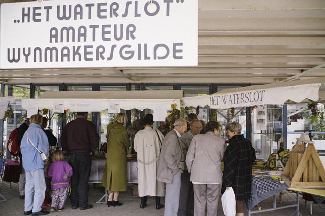 """TLB023000396_001 - Tilburg Wijnstad; """"Het Waterslot"""" amateur wijnmakersgilde en belangstellenden."""