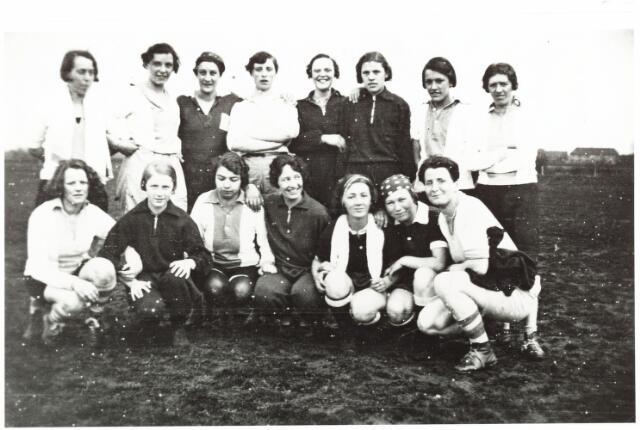 052871 - Sportver. Volt. De handbalploeg in 1937. Rechts op de voorgrond Cor Vennix. Indien Groenstraat is dit terrein na 1950 geheel volgebouwd.