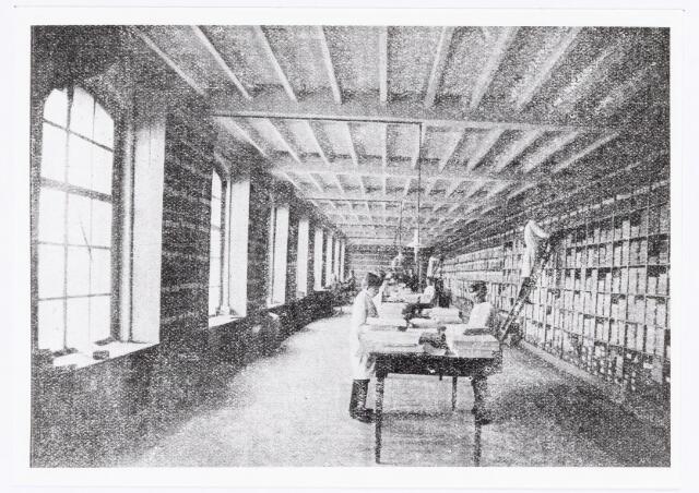 038340 - Interieur van de M.J.H. Kessels, Koninklijke Nederlandsche Fabriek van Muziekinstrumenten, muziekmagazijn.