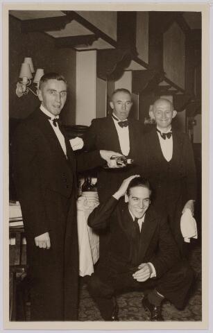 040599 - Groepje obers van hotel restaurant Modern aan de Heuvel geheel links Jan van Vugt geboren te Tilburg 6 augustus 1911, overleden aldaar 12 oktober 1981. rechts van hem Frans de Roij geboren te Tilburg 19 september 1907.