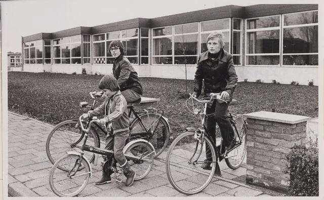 084880 - Basisschool St. Aloysius houdt open huis drie leerlingen verlaten het pand op de fiets 14-11-1974