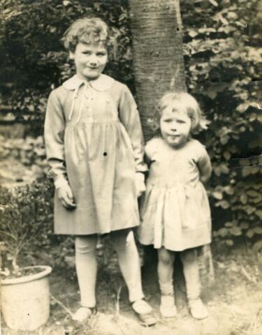 071378 - Rechts Resi Roothaert, dochter van Harry, links haar nichtje Frauke Roothaert, dochter van Anton.