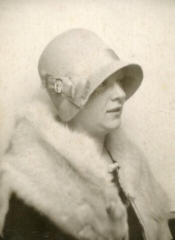 601085 - Annie Dusée met pothoed. Zij werd geboren als Anna Maria Elisabeth Dusée te Tilburg op 23 februari 1902. Haar ouders waren Franciscus Hubertus Dusée en Adriana van Tilburg. Zij trouwde Bernardus J.A. van Berkel.