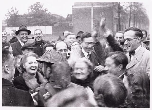 013260 - WO2 ; WOII ; Tweede Wereldoorlog. Bevrijding. Schotse soldaten worden bij hun binnenkomst in de stad, zoals hier op de hoek Enschotsestraat en Ringbaan-Oost hartelijk verwelkomd door dolgelukkige Tilburgers