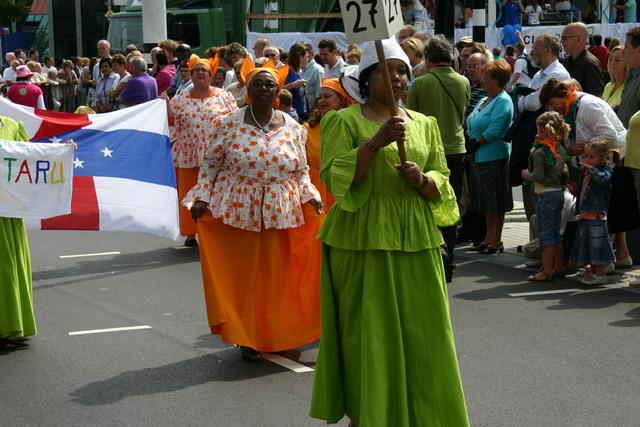 657343 - De T-parade. Een kleurrijke multiculturele optocht door het centrum van Tilburg. De vele culturen van Tilburg worden getoond.