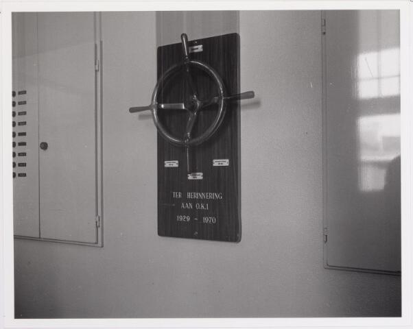 041855 - Elisabethziekenhuis. Gezondheidszorg. Ziekenhuizen. Personeelsgeschenk 'ter herinnering aan de O.K. 1 1929-1970' in het St. Elisabethziekenhuis.