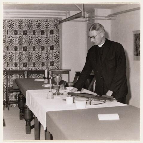 101030 - Johannes Charles (Jan) Weijnen, bouwpastoor nieuwe Verrijzenisparochie in plan Oosterheide. Hij is op 88-jarige leeftijd op 11 februari 2006 overleden. Deze foto is genomen vóórdat de Verrijzeniskerk in gebruik werd genomen. De mis werd gevierd in de tijdelijke kapel.