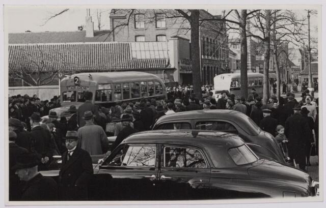 041510 - Openbaar vervoer. transportbedrijven, busondernemingen, taxi-vervoer. Bij de opening op 31 maart 1947 van de nieuwe stadsdienst door de B.B.A. (Brabantse Buurtspoorwegen en Autobusdienst) werd een parade van bussen en personeel op de Heuvel gehouden. Hier de aftocht.