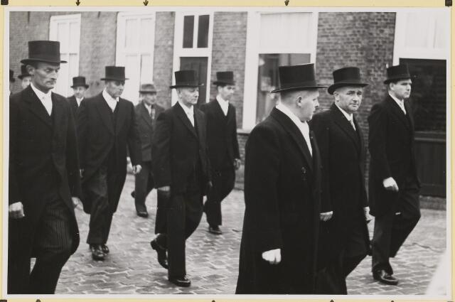 072877 - Afscheid burgemeester J.H. Bardoel.  Op weg naar het gemeentehuis. Links: G. Ketelaars (ex-wethouder), A. Rijnen (raadslid), J. v. Laarhoven, J. Ligtvoet (ex-raadlid). Eerste rij: Th. v. Delft, J. Jonkers (Adrianus), J. Meeuwis (ex-raadslid).