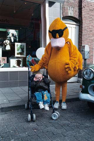 1237_010_752_011 - Braderie Korvelseweg voor de winkel van Frans van Aarle.