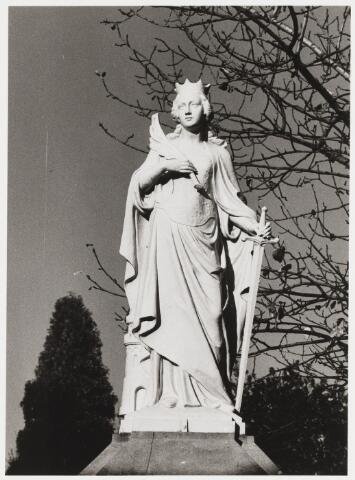 """067873 - De H. BARBARA, maagd en martelares, patrones van een zalige dood. Zij leefde volgens de legende in de 3e eeuw na Christus, in Klein-Azië. Haar heidense vader liet haar opsluiten in een toren, om te voorkomen dat zij Christen zou worden. De Tilburgse Courant van 2 april 1896 schrijft: """"Zaterdag jl is het fraaie hekwerk van het kerkhof 't Heike, wederom verrijkt met een prachtig gietijzeren beeld voorstellende de H. Barbara, patrones van een zalige dood. Dit is het 6e beeld op de monumentale muur, waar plaats is voor 20 beelden. Elke beeld vertegenwoordigt een waarde van f 500,- Ze zijn allen vervaardigd in de ateliers van de firma Rijswijk te Antwerpen"""". De schenkster van het beeld was een zekere Barbara Tollens. Trefwoorden: kunst, openbare ruimte"""
