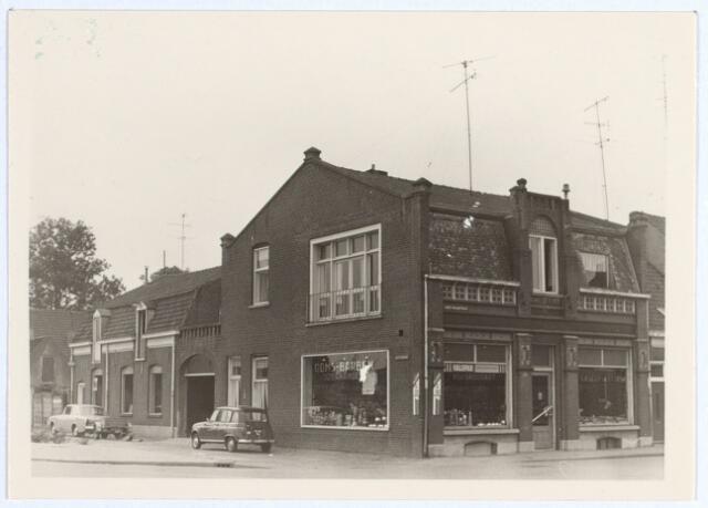 014917 - De ijzerhandel van Ooms - Barben op de hoek Besterdring en Lange Nieuwstraat (rechts) anno 1969.