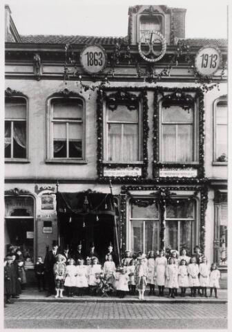 035276 - Gouden bruiloft van het echtpaar Doris Jongen en Johanna Staps in januari 1913 een groep meisjes en jonkers staan voor de panden Willem II-straat 78 en 80