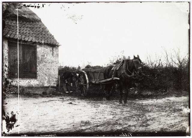 008540 - Boer met paard en mestkar aan het werk op boerenerf, gefotografeerd door Henri Berssenbrugge (1873-1959) begin 1900. Op de achtergrond de toren van de kerk van ´t Heike.
