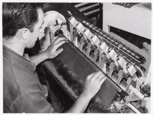 038691 - Volt. Turnhout. Het meervoudig wikkelen van lijntransformatoren ook genoemd lijntrafo's en later line output transformers LOT. Deze dienden voor het opwekken van de zeer hoge spanning (25000 volt) die nodig was om het lijncirquit aan te sturen om een goed televisie-beeld te verkrijgen. Fabricage- of productie vond in Turnhout plaats van 1955 t/m 1977.