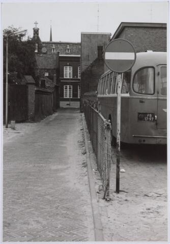 025927 - Lochtstraat gezien in de richting van het moederhuis van de fraters aan de Gasthuisstraat, thans Gasthuisring, in 1966. Rechts de remise van de BBA