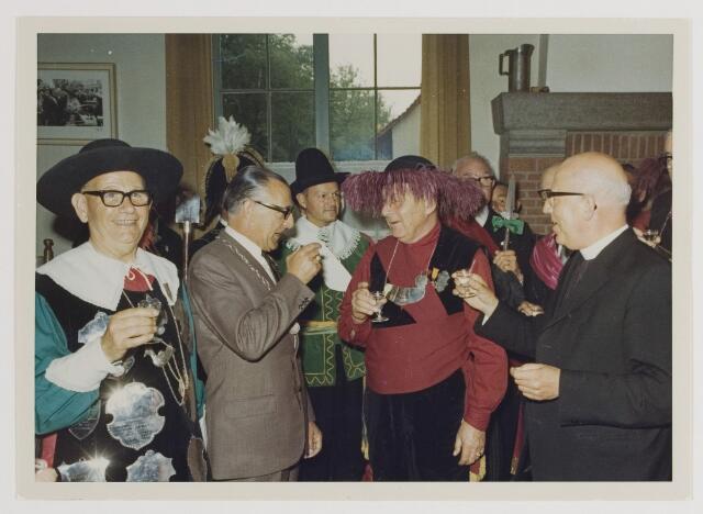 080169 - Koningsschieten 1966 Links: De nieuwe koning Marinus Muyen, burgemeester Verhoeven. Rechts: Past. Prinsen.