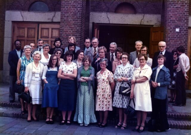 055014 - Religie. Leden van het gemengd koor Pius X gefotografeerd voor de voormalige Pius X-kerk. Dirigent van dit koor was Walter Hoeven.