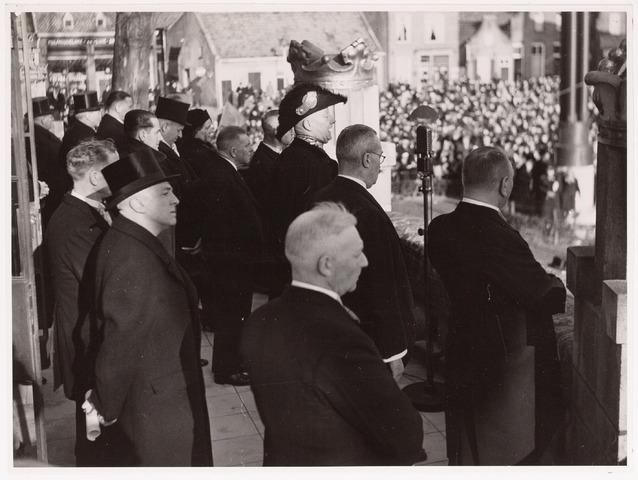 042683 - Huis van Oranje. Toespraak van burgemeester mr. dr. F. Vonk de Both vanaf het balkon van het Paleis-Raadhuis ter gelegenheid van de geboorte van prinses Beatrix. Rechts naast de burgemeester de wethouders Van de Mortel en gemeentesecretaris Van Dusseldorp en links van hem wethouder Eijkemans. In het midden op de voorgrond politiecommissaris Preusting