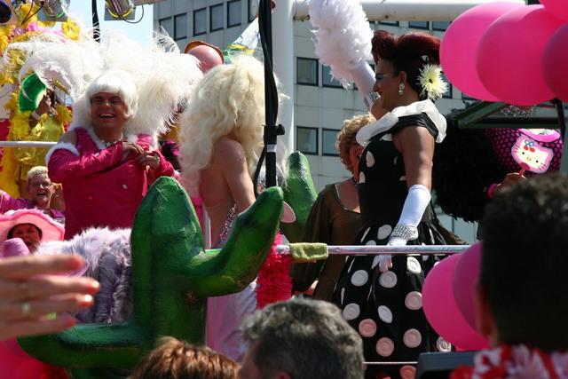 657408 - De T-parade. Een kleurrijke multiculturele optocht door het centrum van Tilburg. De vele culturen van Tilburg worden getoond.