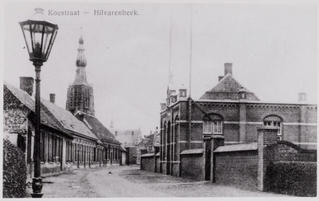 084399 - Paardenstraat met rechts het voormalige patronaat, later bewaarschool.