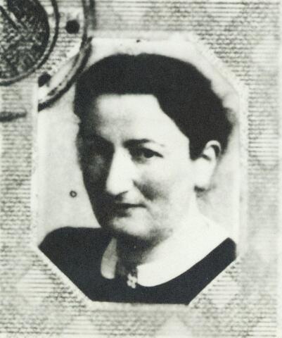 604538 - Frederika Gersons-Gomperts, zij werd geboren op 3 juni 1895 in Amsterdam en overleed op 2 februari 1945 in het concentratiekamp  Bergen-Belsen. Het gezin joodse Gerson werd op 20 september 1943 door de Sicherheitspolizei uit 's-Hertogenbosch, geassisteerd door de Tilburgse gemeentepolitie, aangehouden en gedeporteerd. De beide dochters Elly en Helèna, overleefden de oorlog en keerden begin juli 1945 in Tilburg terug. De vader van het gezin Gersons, Bernard Gersons, was lid van de Joodse Raad afdeling Tilburg.