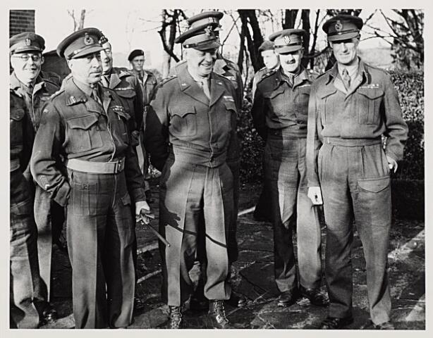 012793 - Tweede Wereldoorlog. Op 30 november 1944 brachten enkele hooggeplaatste militairen een bezoek aan Tilburg. Links de Canadese generaal Henry Duncan Graham Crerar, naast hem de Amerikaanse generaal Dwight David Eisenhower en rechts de Engelse luitenant-generaal Crocker