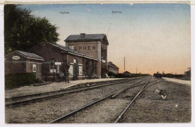 065245 - Openbaar vervoer. Het station te Alphen werd in 1867 gebouwd aan de spoorlijn van Turnhout naar Tilburg; door toeneming van het vrachtverkeer over de weg werd de lijn onrendabel en het vervoer per rails werd gestaakt; het station werd in 1968 afgebroken