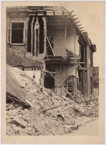 013555 - WOII; WO2; Tweede Wereldoorlog. Bombardement. Bominslag in enkele huizen in de St. Josephstraat, hoek Hoogvensestraat op 31 juli 1942