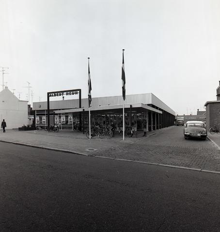 653840 - Het filiaal van Albert Heijn. De auto rechts is een Auto Union 1000.