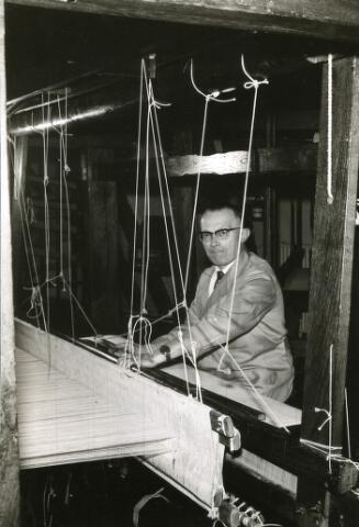 093092 - Louis van Tilborg was jaquardwever van beroep. In het Tilburgse textielmuseum was hij een van de eerste demonstratie wevers. Daarnaast was hij secretaris en in 1954 voorzitter van gymnastiekvereniging de Spartanen.