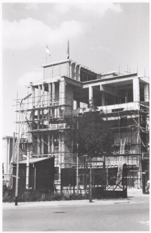 039184 - Volt. Zuid. Algemeen, Gebouwen, Nieuwbouw. De bouw van het hoofdkantoor aan de Groenstraat  in 1960. Het hoogste punt is bereikt, dus de vlag in top.