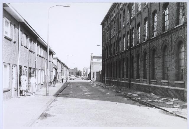 023483 - Kapelstraat op 15 juni 1981, daags na de brand in de voormalige kartonfabriek van Van Opstal