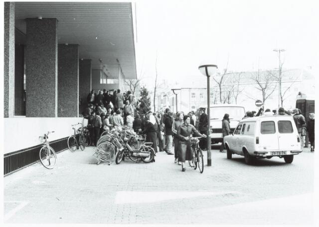 052016 - Demonstratie. Bezetting. Een veertigtal studenten van de Tilburgse instellingen voor Hoger Beroepsonderwijs (HBO) heeft gistermorgen een tijdlang de bestuursvleugel van het Tilburgse stadhuis bezetgehouden. De onderwijsminister Dr. A. Pais wil het HBO 650 gulden collegegeld gaan heffen.