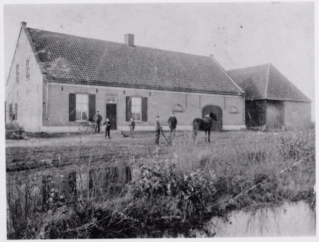 046219 - Door ruil tegen grond in de gemeente Tilburg met Francis van Iersel, kwam Nicolaas Boogers, getrouwd met Klazien de Lepper, in 1818 in het bezit van een boerderij aan de Abcovenseweg op de hoek van de Molenweg (nu Van Haestrechtstraat). Na de dood van Boogers kwam de boerderij in het bezit van zijn schoonzoon Petrus de Brouwer, landbouwer in de wijk Oerle onder Tilburg, gehuwd met Catharina Bo(o)gers. Op 31.12.1852 verhuisde Piet de Brouwer met zijn gezin naar Goirle. Bij de erfdeling in 1883 werd de hoeve eigendom van de kinderen Maria Elisabeth, Willem en Jan de Brouwer. Door koop van een naastgelegen arbeiderswoning van smid Jan Baptist van Croonenburg, werd het bezit uitgebreid. De oude boerderij en het arbeidershuis werden afgebroken en in de jaren 1897/1898 werd ter plaatse een nieuwe boerderij (op de foto) gebouwd. Volgens een mededeling van Toon de Brouwer kwam de put van de oude boerderij te liggen onder de kelder van de nieuwe boerderij. Nadat Marie Elisabeth de Brouwer op 14 april 1898 in die put verdronken was, en broer Willem de Brouwer, (alias Willem de kas) trouwde met Dien Soffers, bleef vrijgezel Jan de Brouwer, landbouwer en bestuurslid van het burgerlijk armbestuur, alleen op de boerderij wonen, tot in 1917 zijn neef Sjef de Brouwer trouwde met Jans Vromans uit Tilburg en het bedrijf overnam. Jan de Brouwer overleed te Goirle op 17 januari 1920. Na Jan woonde op de boerderij dus neef Sjef de Brouwer en daarna diens zoon Toon de Brouwer. De staldeur van de nieuwe boerderij is later dichtgemetseld. Van de oude boerderij bleef alleen het bakhuisje aan de Van Haestrechtstraat bewaard.